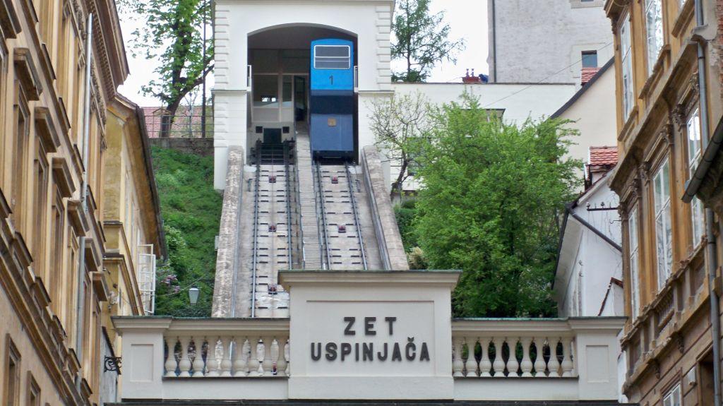 Die Station der Standseilbahn, von der Unterstadt aus gesehen