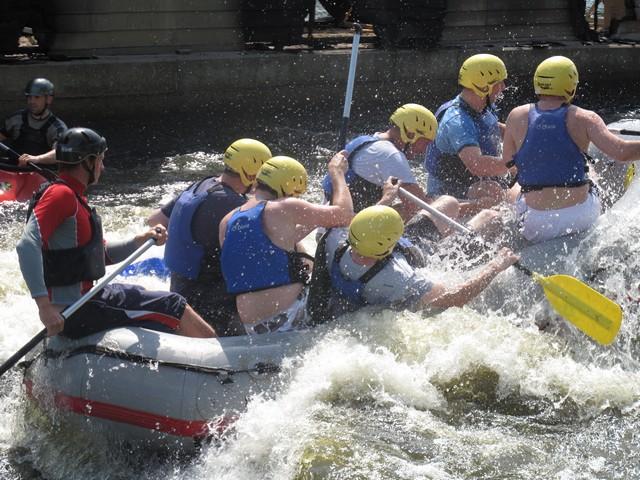 Gruppe Männer beim Rafting in Prag