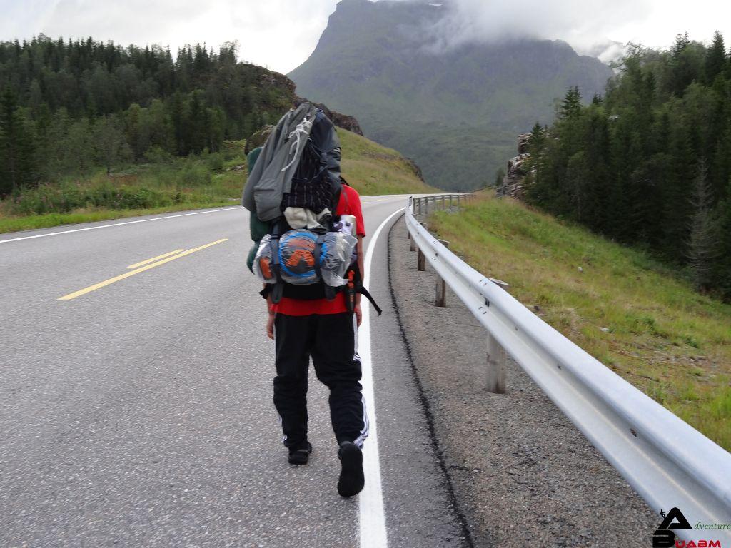 Trampen am Straßenrand in Norwegen