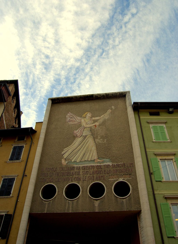 Trento Fassade mit Mussolini-Zitat - weltvermessen.de (c) www.azzurro-diary.de