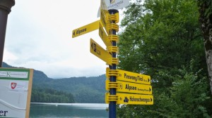 Wegweiser von Hohenschwangau bis Tirol nur 80min (c) weltvermessen.de