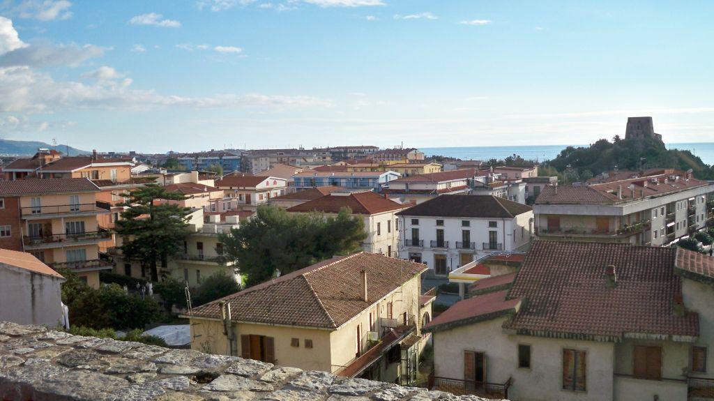 Blick von der citta storica in Scalea zum Meer