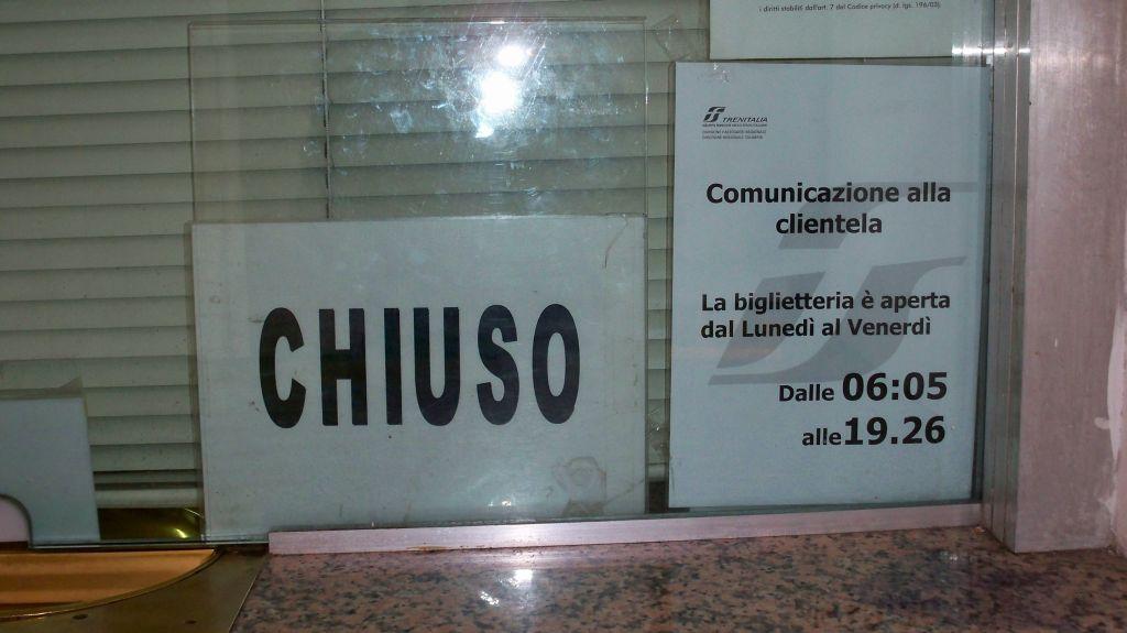 Obskure Öffnungszeiten des Bahnhof in Castiglione Cosentino