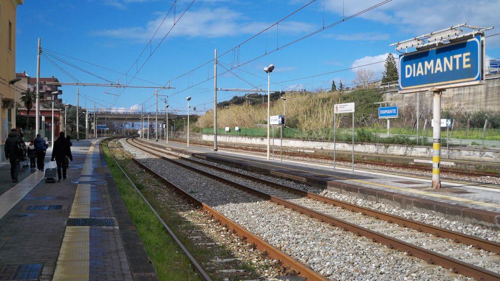 Stationsschild im Bahnhof Diamante